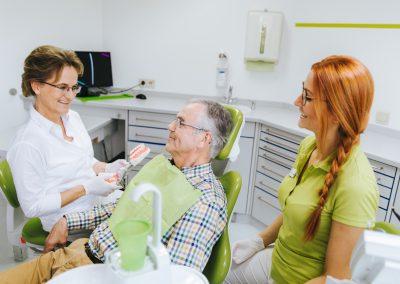 aerzte-behandeln-zahn